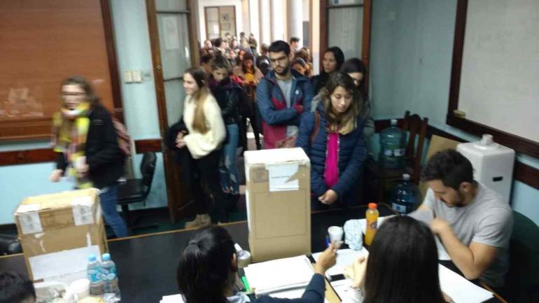 ELECCIONES EN LA UNC. Por primera vez votan los cuatro claustros universitarios. (Ramiro Pereyra)