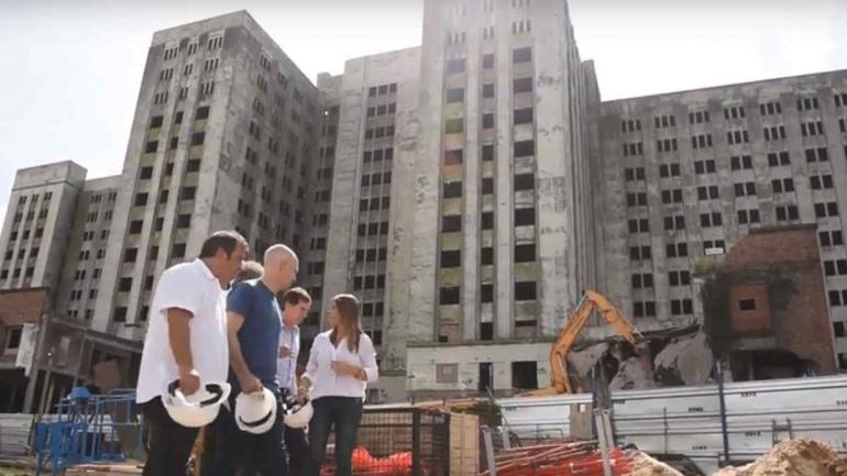 ELEFANTE BLANCO. Fue construido para albergar el hospital más grande de Latinoamerica. Tras 80 años de abandono, comenzó la demolición (Imagen de video).