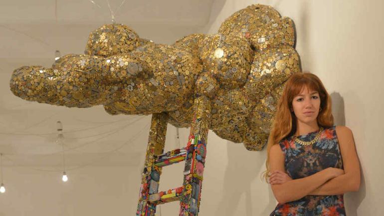 La artista, junto a la instalación que se estrenó ayer por la tarde en la galería Plataforma (foto: José Hernández).