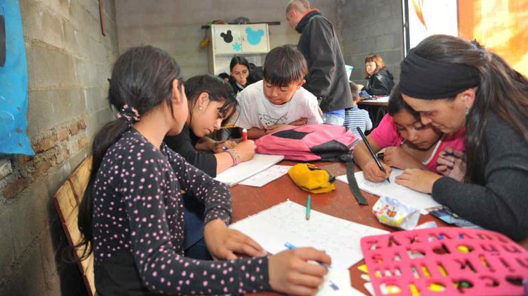 Además de talleres culturales y comedor, en el espacio Rimando hay apoyo escolar. (Sergio Cejas)