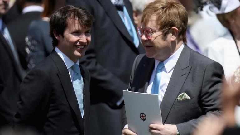 Elton John y James Blunt, dos de los famosos invitados a la boda real. Luego, Elton John cantó en una de las dos recepciones. (AP)