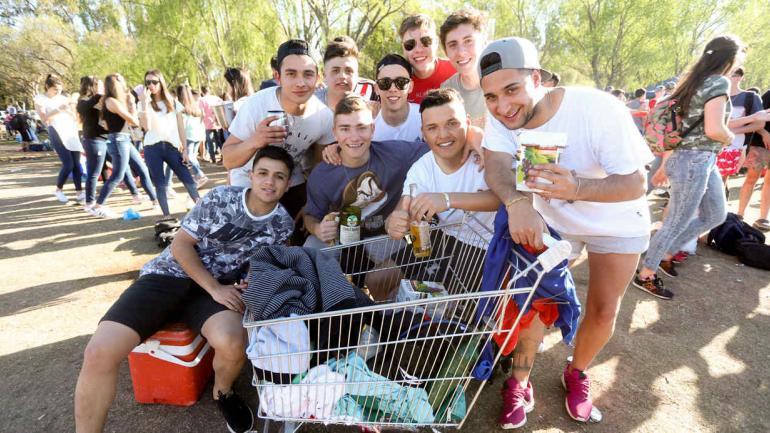 Juani Molinero (18) y sus amigos, de Alcira Gigena, se trajeron hasta el carrito del súper (LaVoz).