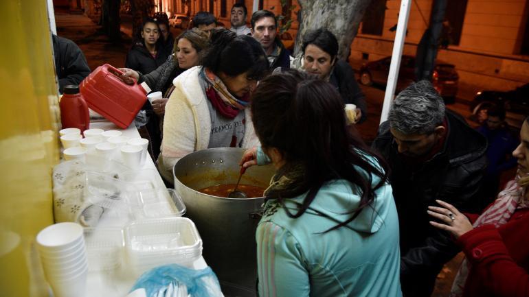 En acción. El grupo ayuda a las personas en situación de calle acercándoles comida caliente. También los asisten con ropa y elementos de higiene.