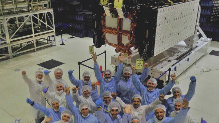Ensamble. La antena y el cuerpo del satélite fueron ensamblados en Bariloche hace unos días. (Conae)