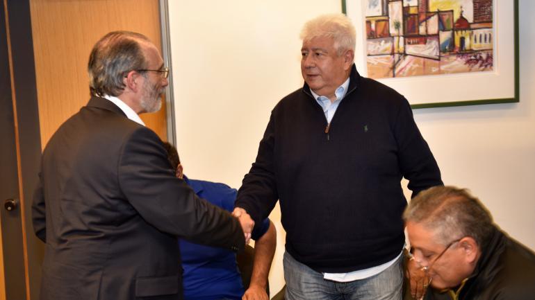 Saludo. El ministro Fabián López, de quien depende Epec, y Gabriel Suárez de Luz y Fuerza, en un encuentro en este medio. (La Voz / Archivo)