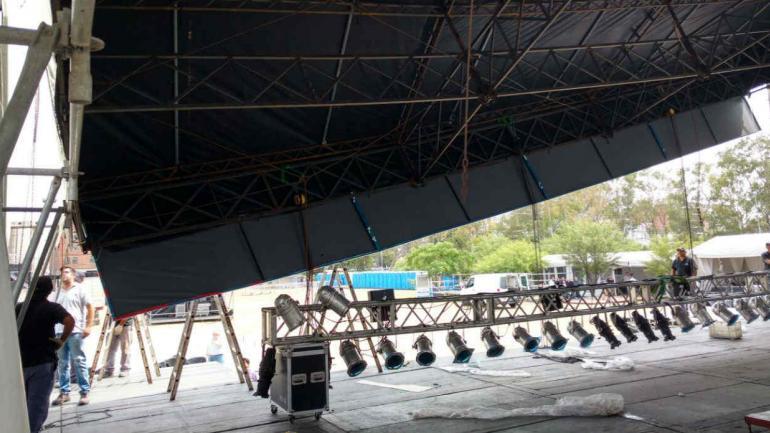 Un operario se lastimó con la caída del ala del techo del escenario.