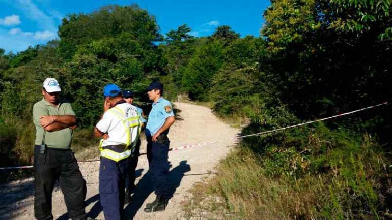 Espanto. Policías, frente al sendero que lleva al lugar donde ocurrió todo.