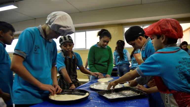 Con las manos en la masa. Docentes y alumnos preparan comidas típicas del norte argentino, lugar que visitarán en poco tiempo. (Pedro Castillo)