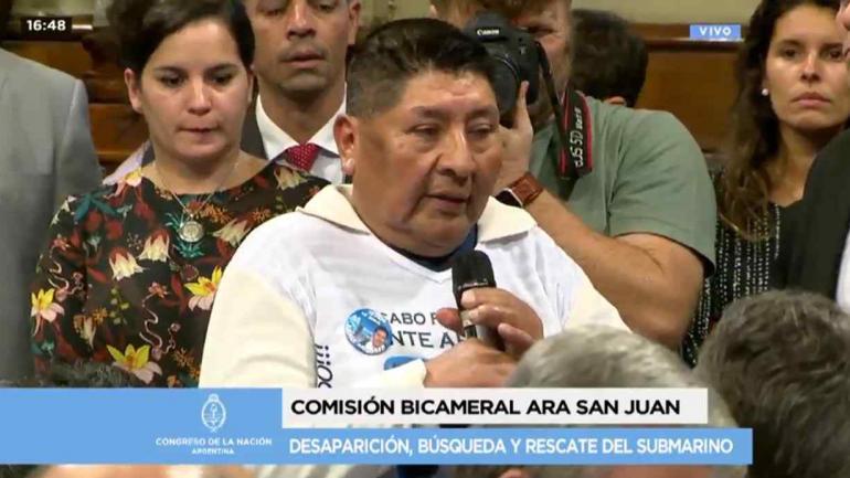 El padre del cabo Aramayo, que estaba en el submarino, le preguntó a Aguad.