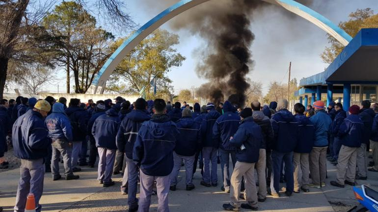 Protesta, este miércoles, en la portería de la Fábrica Militar Río Tercero (La Voz)