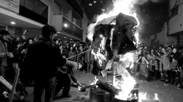 FOGATA. Hasta el 2016, La Luna organizó la fiesta con intervenciones en distintos lugares del barrio. (Archivo La Voz)