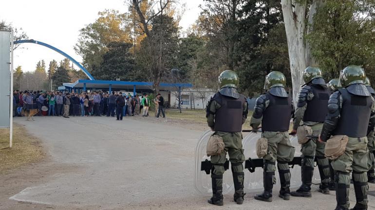 Río Tercero. Los gendarmes, adentro de la Fábrica Militar. Afuera, empleados y familiares. (La Voz)