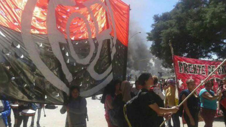 Los manifestantes que reclaman frente al ministerio. (Gentileza FOB)