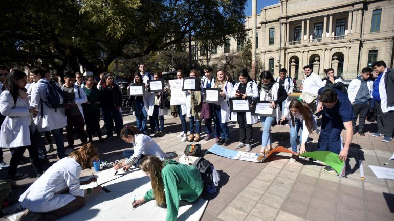 En la Facultad de Medicina hubo clases públicas y manifestaciones de estudiantes. (pedro castillo)