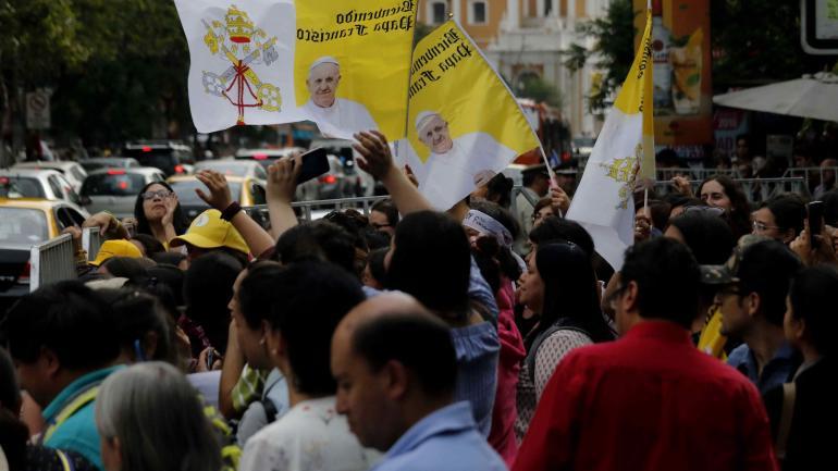 Bienvenida. Fieles en la Nunciatura Apostólica de Santiago. (AP)