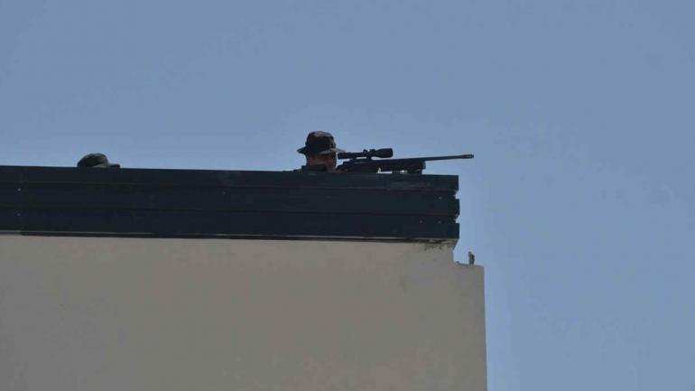 DE PELÍCULA. Un francotirador, parte del operativo de seguridad (Facundo Luque/LaVoz).