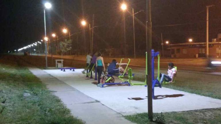 Una serie de gimnasios urbanos, equipados e iluminados en un parque líneal forman parte de las intervenciones urbanas realizadas por la gestión que conduce Myrian Prunotto (Municipalidad de Estación Juárez Celman).