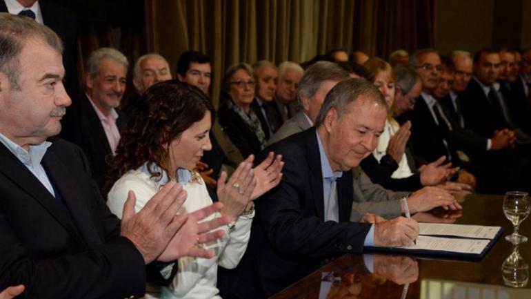PIP. Funcionarios durante la firma del acuerdo para el programa de empleo. (Gobierno de Córdoba/Archivo)