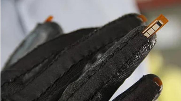 El guante tiene cinco sensores, uno para cada dedo. (Unimedios)