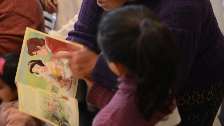 Había una vez. Algunas mamás también les leyeron cuentos a los chicos.