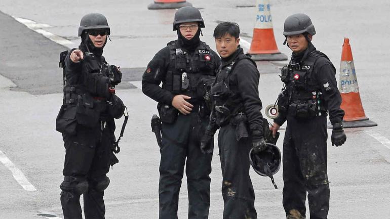 Agentes de la policía de artefactos explosivos fueron enviados a la escena en el distrito Wan Chai de Hong Kong. (AP)