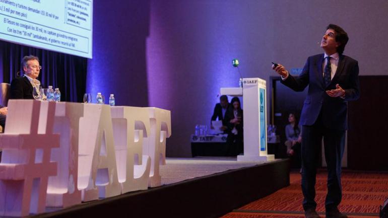 Melconian en su exposición durante la conferencia anual de la IAEF. (La Nación)