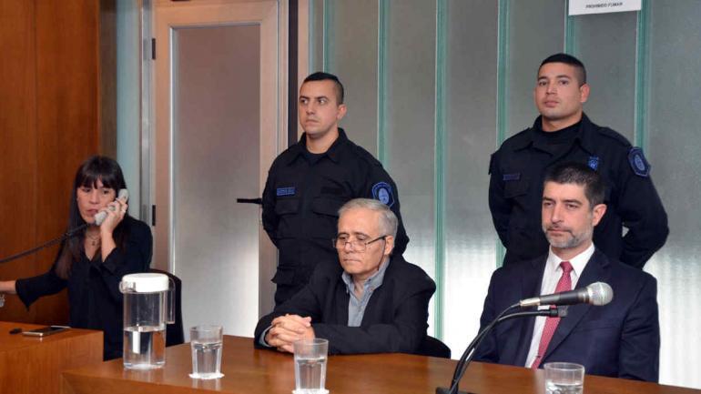 ILARRAZ. El cura (centro) fue condenado a 25 años de prisión por abuso y corrupción de menores (Télam).