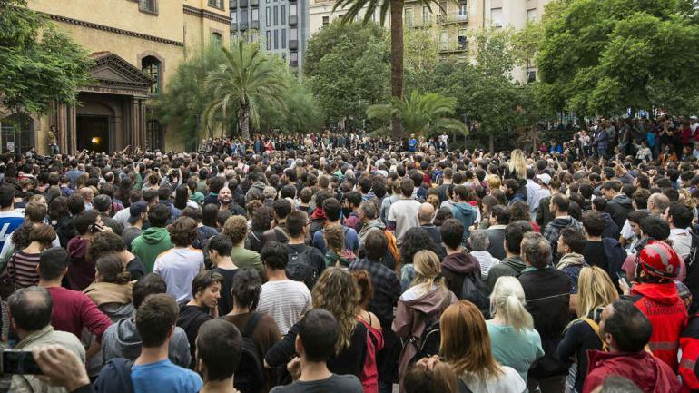 Filas para votar. Como lo habían pedido los impulsores de la consulta, miles de catalanes fueron muy temprano a los colegios designados. (AP)