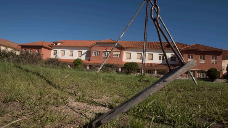 Imagen del abandono. Yuyos, juegos, rotos, instalaciones deterioradas. Así luce la unidad turística. (La Voz)