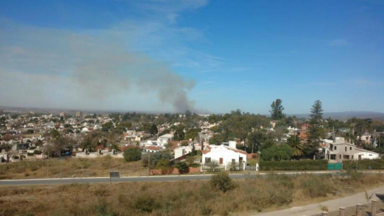 Incendio entre La Quintana y Anisacate, visto desde Alta Gracia (La Voz).
