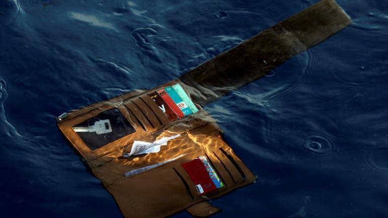 Una billetera perteneciente a una víctima del avión de pasajeros Lion Air que se estrelló es vista en las aguas de Ujung Karawang, Java Occidental, Indonesia. Foto AP/Achmad Ibrahim.