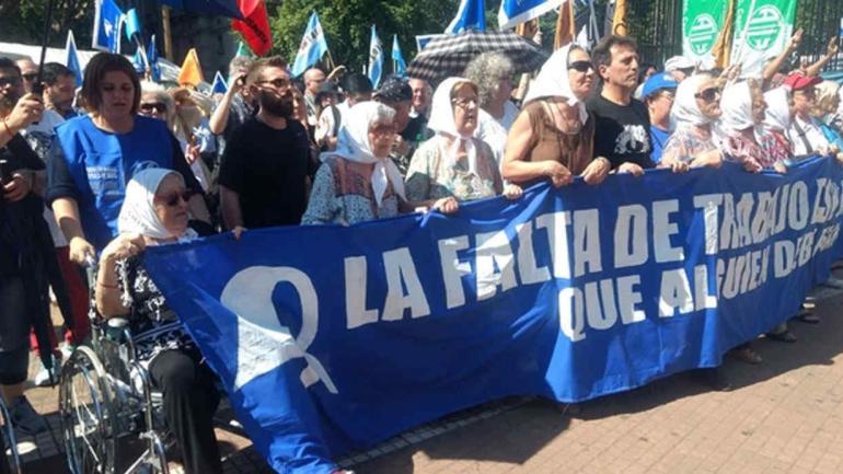 """MANIFESTACIÓN. Madres de Plaza de Mayo celebraron hoy su """"Marcha de la Resistencia"""" anual (Foto de Twitter de @PrensaMadres)."""