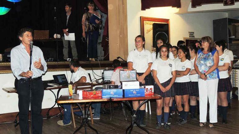 REGALOS. Alumnos de cuarto año del Ipet 89 Paula Albarración tuvieron una excelente iniciativa y con mucho esfuerzo recaudaron fondos para comprar material didáctico y llenaron de regalos el arbolito de navidad de este colegio de la localidad de Devoto (LaVoz)
