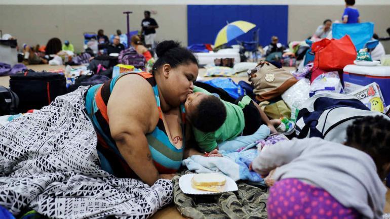 Estados Unidos. Annette Davis besa a su hijo, de 3 años, mientras se aloja en un refugio en Miami. (AP)