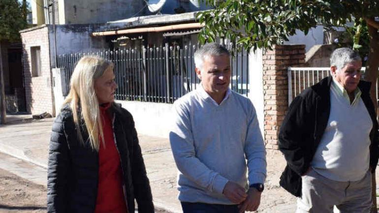 La intendenta de Jesús María, Mariana Ispizua, visitó el barrio Güemes de esa ciudad junto con el diputado nacional Gabriel Frizza.