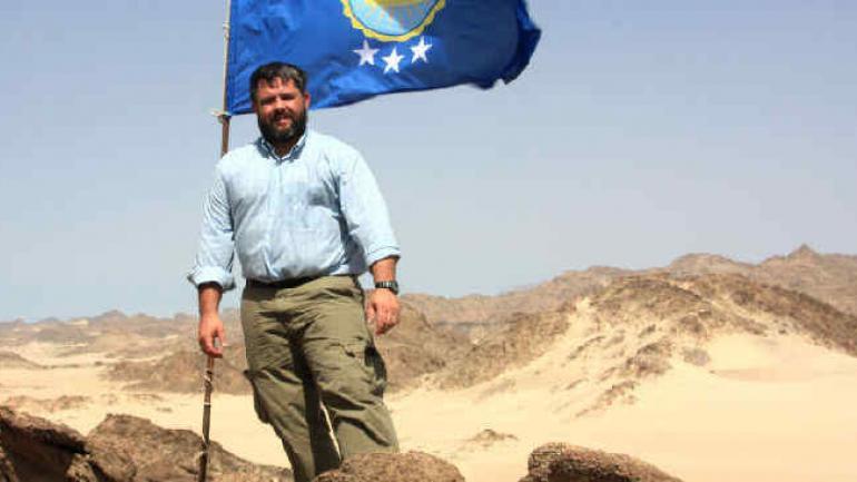 El empresario, al poner la bandera en Bir Tawil (Gentileza Jeremiah Heaton).