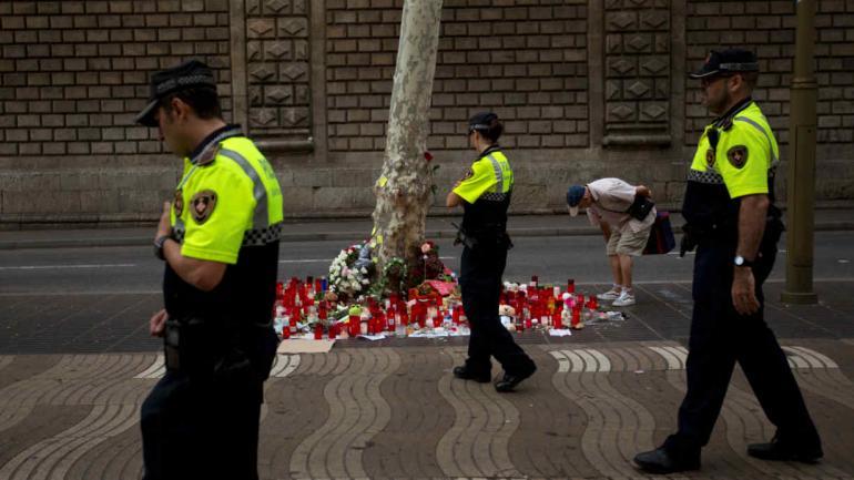 Policías caminan por el lugar del atentado. (AP)