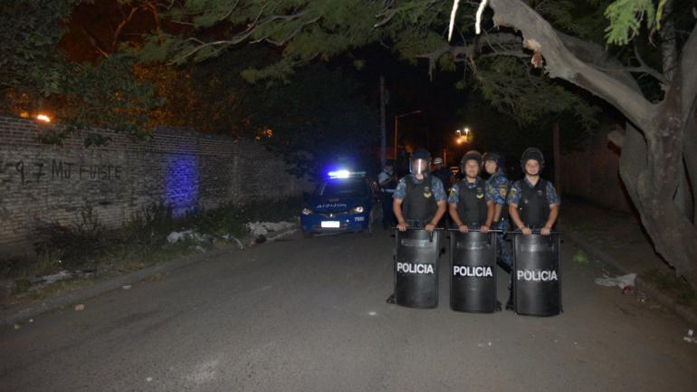 Custodia. Una fuerte guardia policial evitaba anoche que allegados al supuesto ladrón muerto se acercaran al lugar del drama. (Facundo Luque)