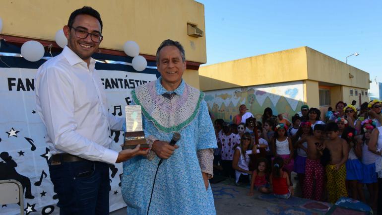 El momento. Franco Piccato, secretario de Redacción del diario, entregó el Cordobés del Año al actor, quien lo recibió con emoción. (Nicolás Bravo)