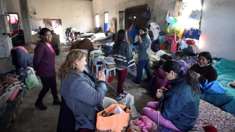 Dos meses. Las familias desalojadas del predio de Urbanor viven desde hace dos meses en un salón de la parroquia. (Pedro Castillo / Archivo)