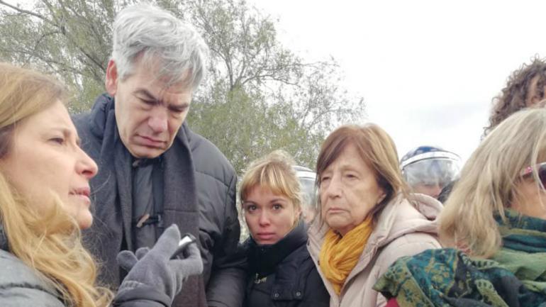El legislador Eduardo Salas, la diputada Gabriela Estévez y la legisladora Carmen Nebreda durante el desalojo. (Gentileza @Carmen_Nebreda)