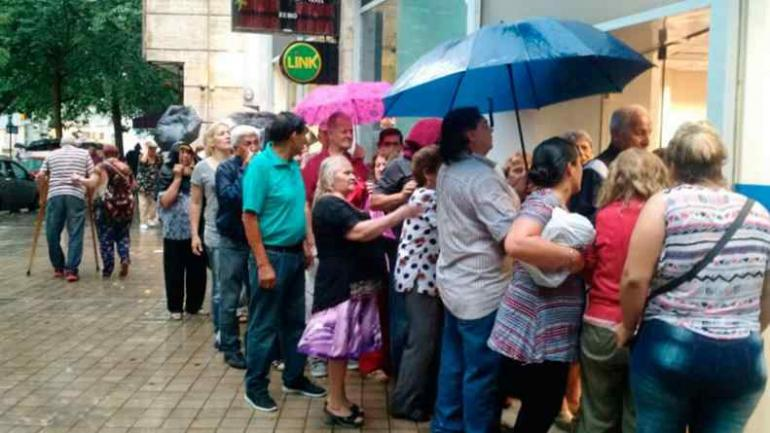 Jubilados esperando para cobrar (Gentileza ElDoce.tv).