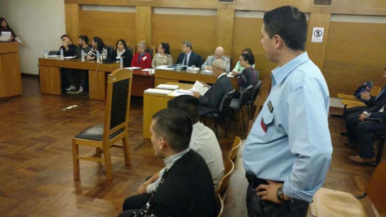 Dos agentes están sentados en el banquillo de los acusados (Nicolás Bravo/La Voz).