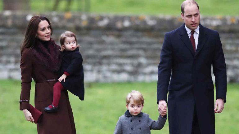 FAMILIA REAL. El príncipe Guillermo junto a la duquesa Kate y sus dos hijos, Jorge y Carlota (AP / Archivo).
