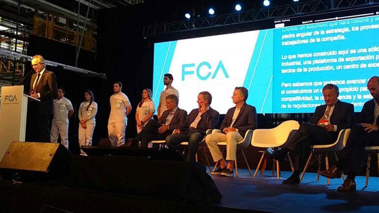 Stefan Ketter, CEO de Fiat Chrysler Automobiles para América Latina, presentando el Cronos. Detrás el Presidente.