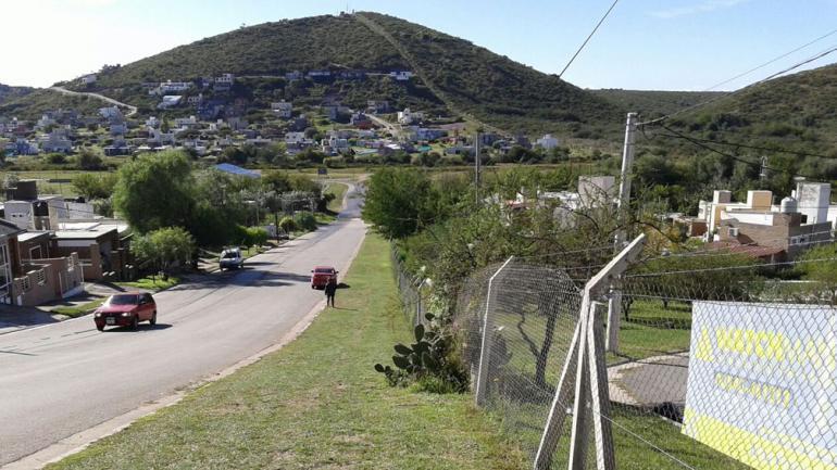 BARRIO LA ESTANZUELA. Separado de la calle por un alambrado (La Voz/R. Viñuelas).