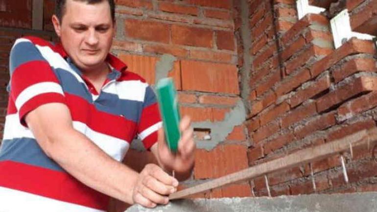 TRAMPA. El vecino esta construyendo su casa y puso una trampa con clavos. (Gentileza del DoceTV)