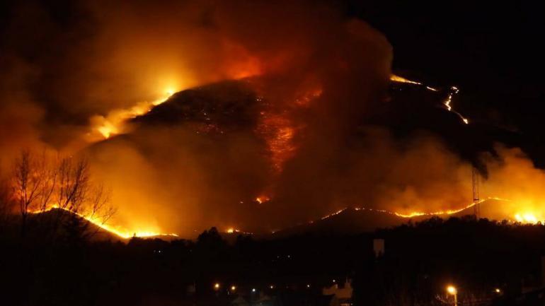 INCENDIO EN LA FALDA. Así se veía el cerro La Banderita el domingo por la noche (Gentileza Pablo Kuniss).
