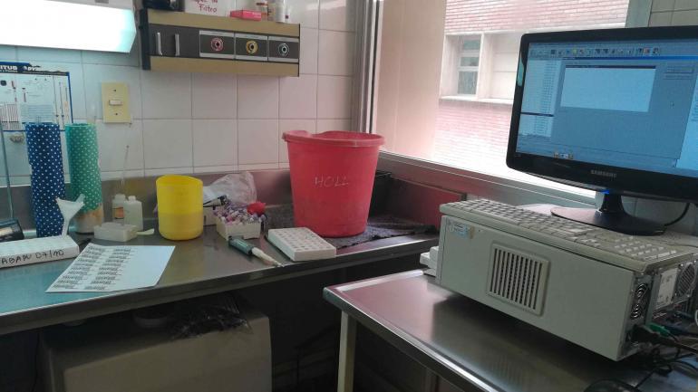 El balde del laboratorio, para recibir el agua que pierde un caño. (Nicolás Bravo)
