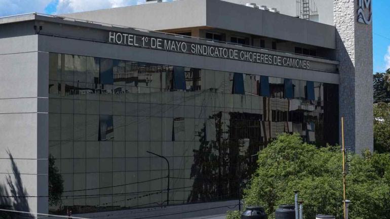Fachada del hotel que tiene Camioneros en La Falda (La Voz).